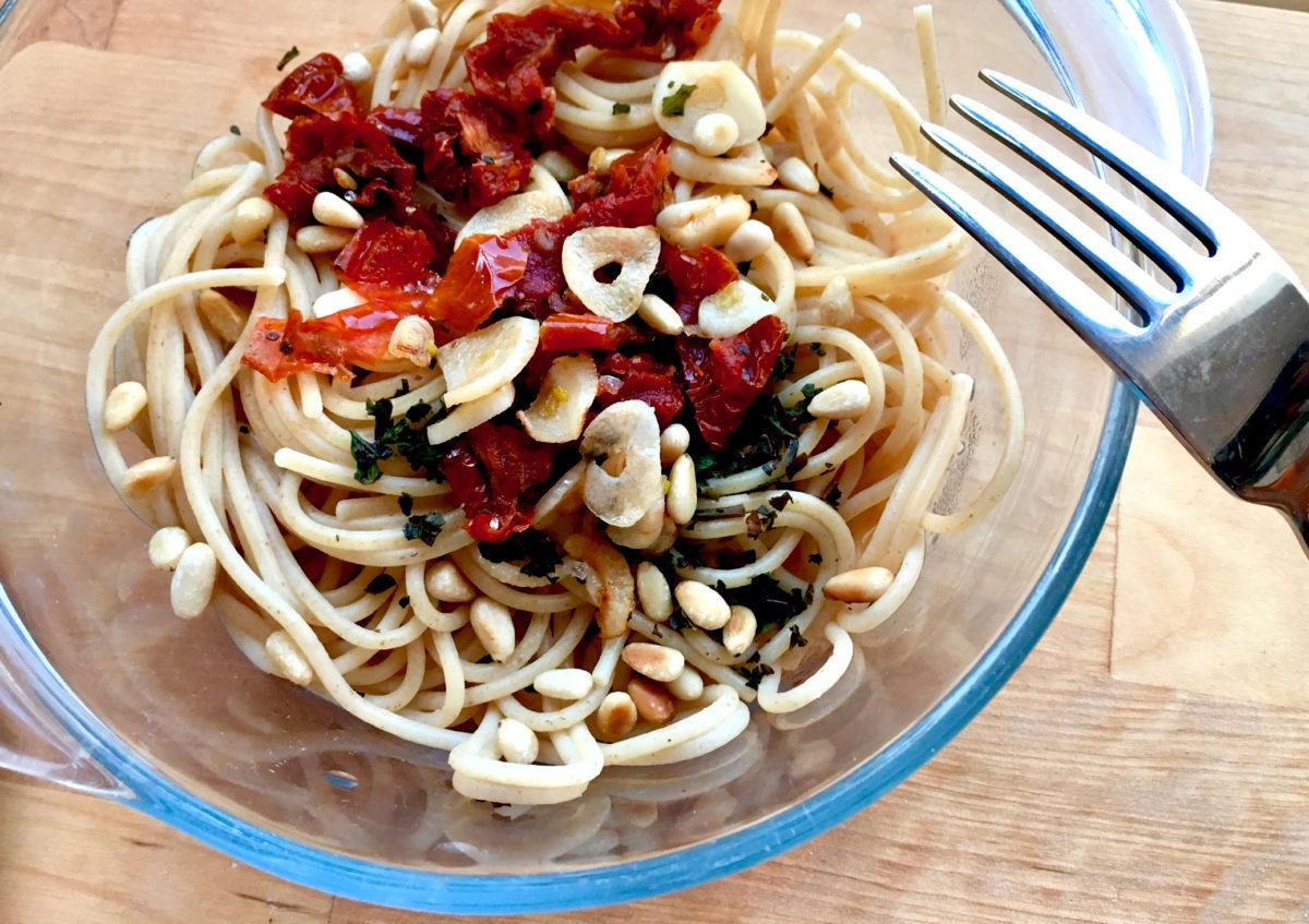Spaghetti mit getrockneten Tomaten und Pinienkernen