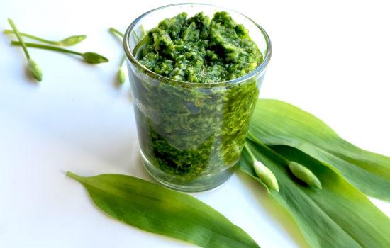 Bärlauchpesto selber machen – mit Olivenöl und Pinienkernen