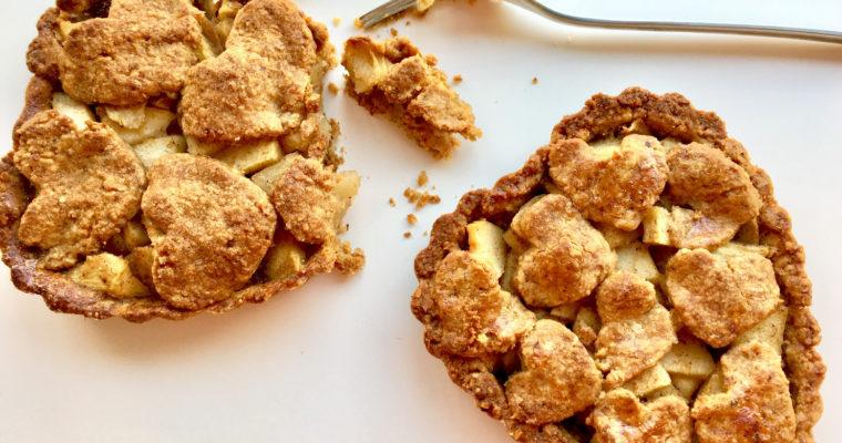 Apfelkuchen ohne Zucker mit Buchweizenmehl und Haselnüssen