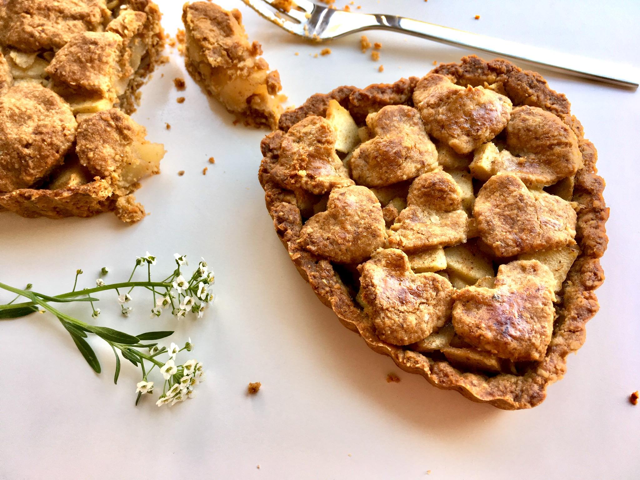 Apfelkuchen mit Dessertgabel und Blüten