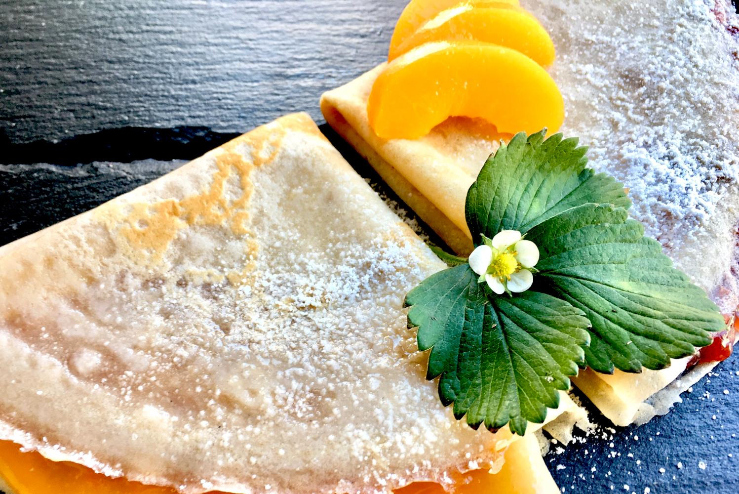 Buchweizenpfannkuchen mit Pfirsich und Erdbeerblatt