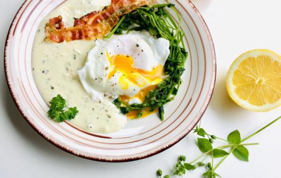 Vogelmiere und pochiertes Ei auf Zitronensauce