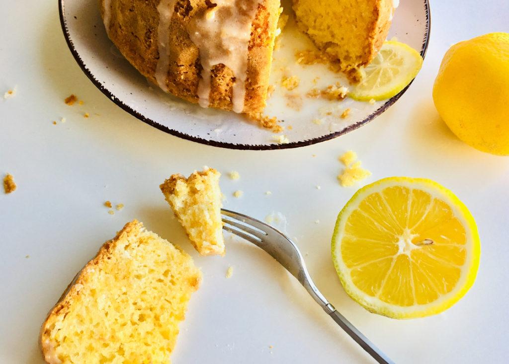 Zitronenkuchen-Stück auf Gabel