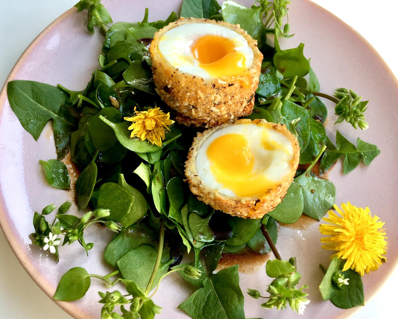 Gebackenes Ei auf Wildkräutersalat mit Balsamicodressing
