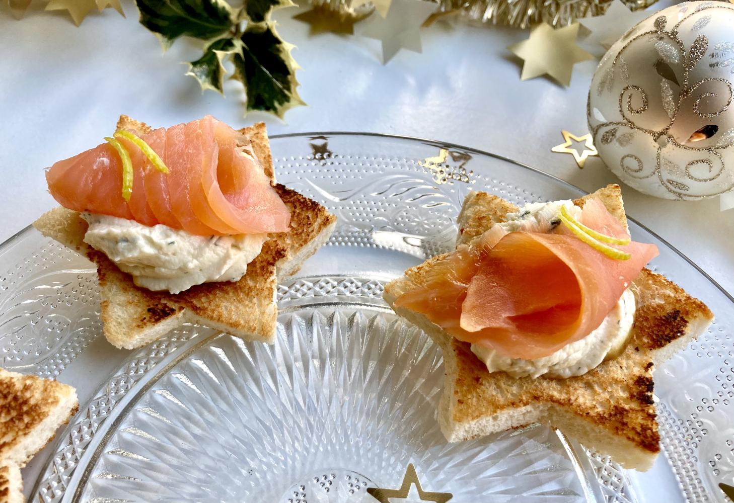 geräucherter Lachs auf Toast in Sternform