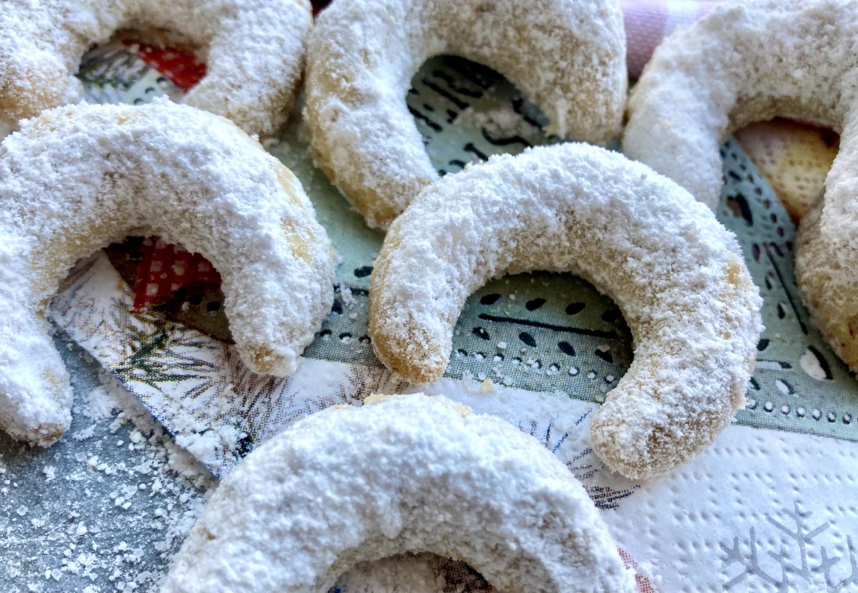Vanillekipferl auf weihnachtlicher Serviette