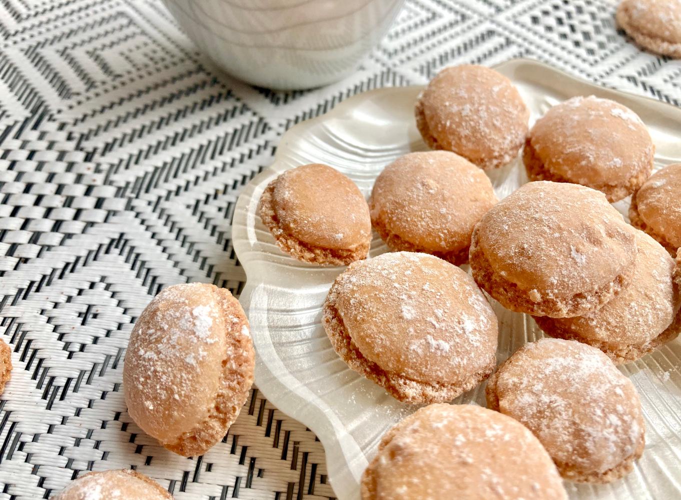 kleine Amaretto-Kekse mit Staubzucker