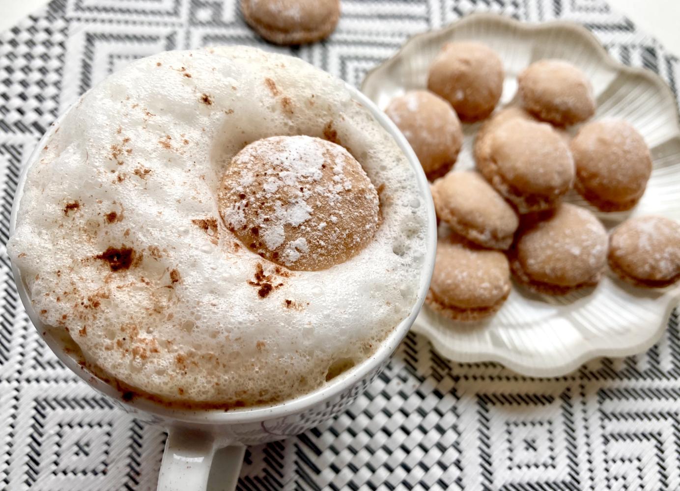 Amarettini im Kaffee