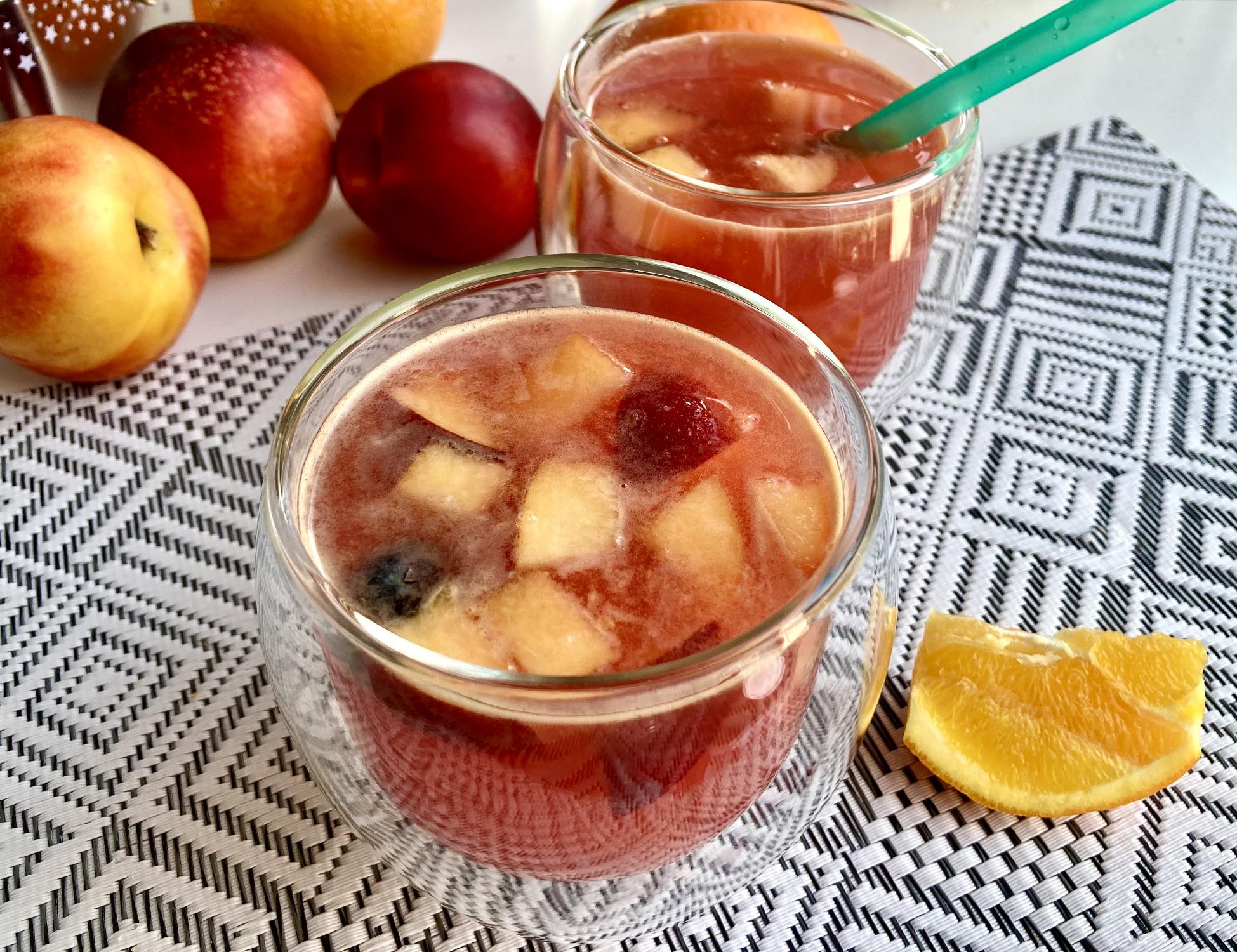 Silvesterbowle mit frischen Früchten