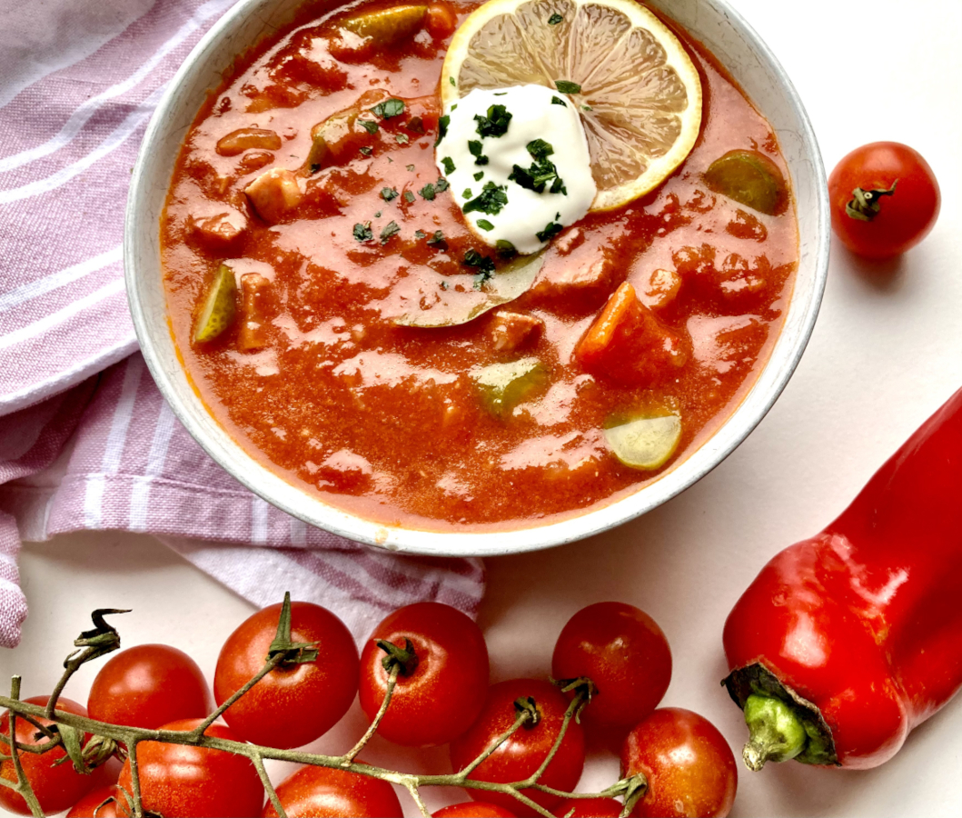 Soljanka mit Tomaten auf Geschirrtuch