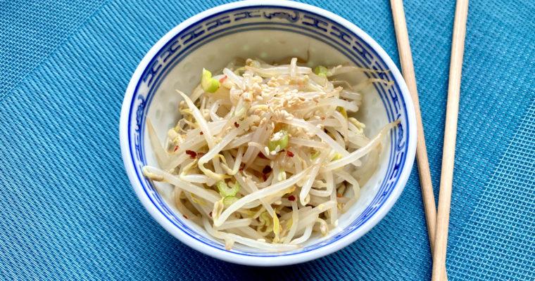 Sojasprossensalat mit Sesam und Frühlingszwiebel
