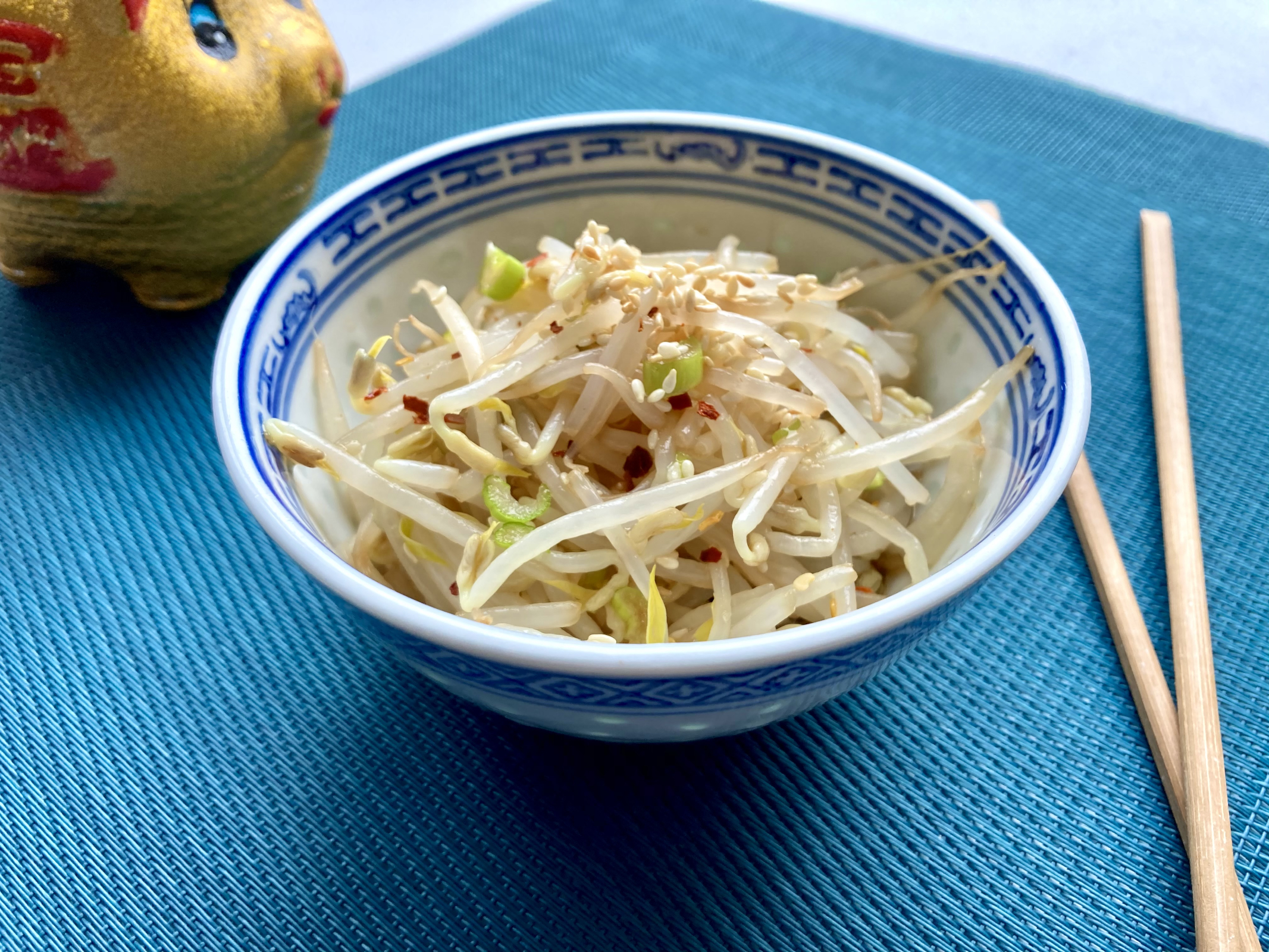 Sojasprossensalat mit Sesam in Schüssel