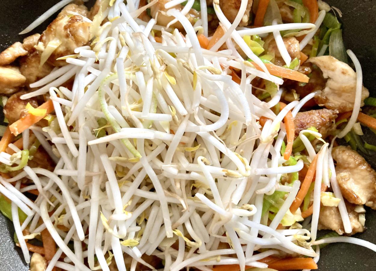 Sojasprossen, Gemüse und Hähnchen im Wok