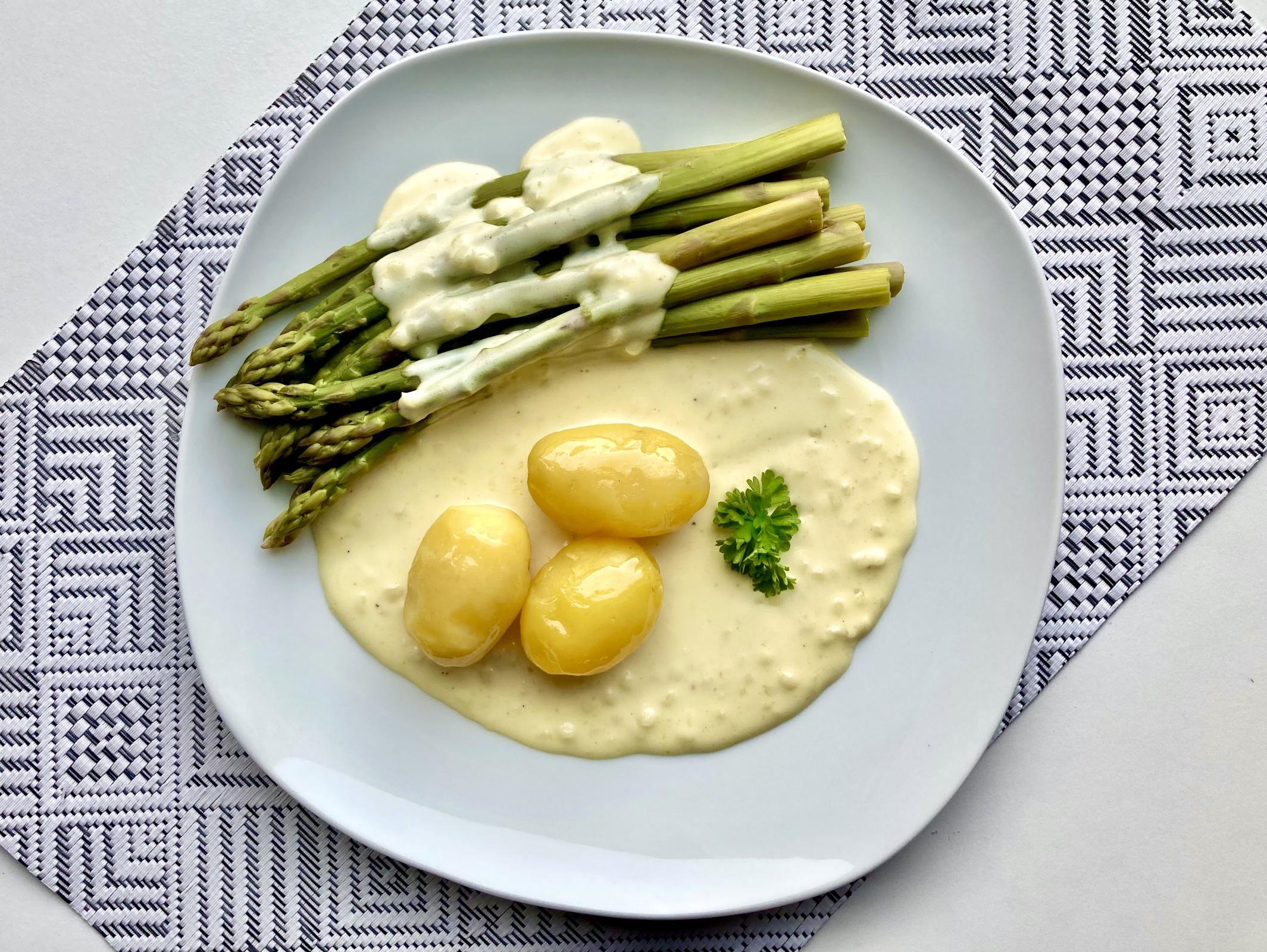 Grüner Spargel mit Kartoffeln und Zitronensauce