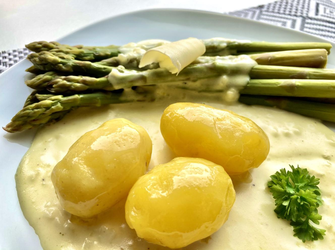 grüner Spargel mit Kartoffeln Nahaufnahme