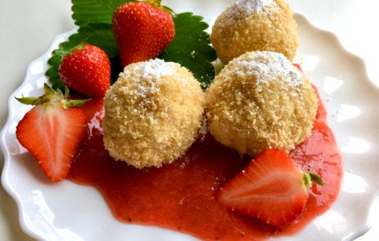 Topfenknödel mit fruchtiger Erdbeersauce