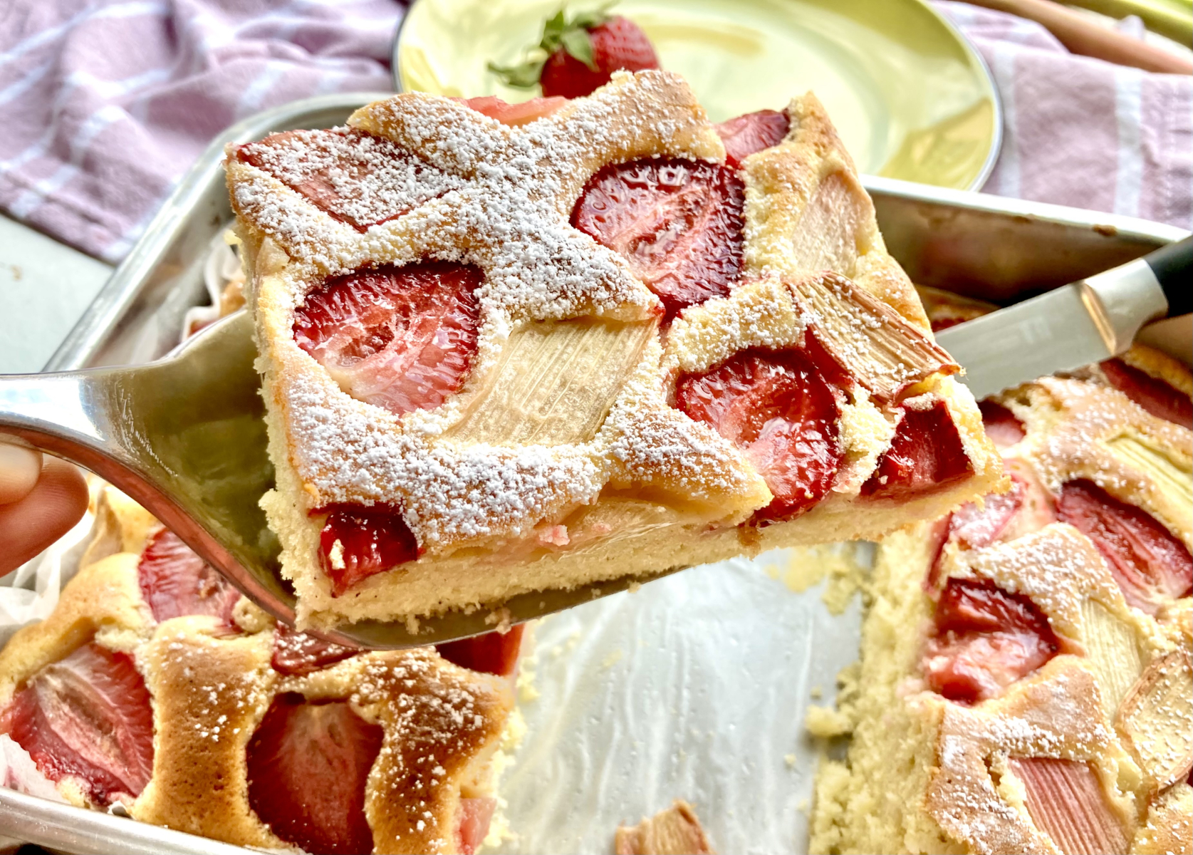 Ein Stück Erdbeer Rhabarberkuchen
