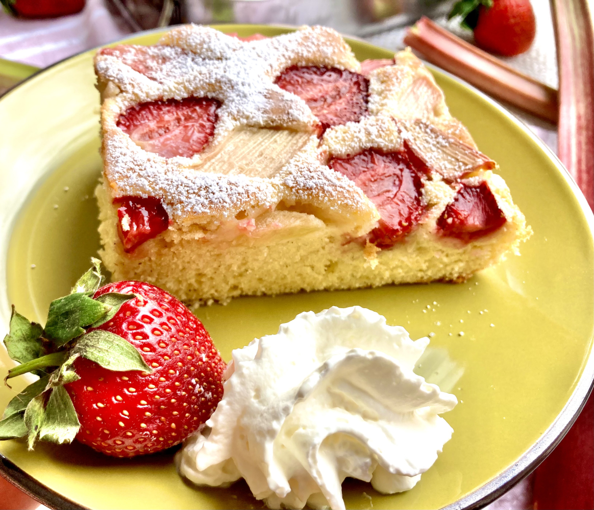 Erdbeer Rhabarber Kuchen mit Schlagobers