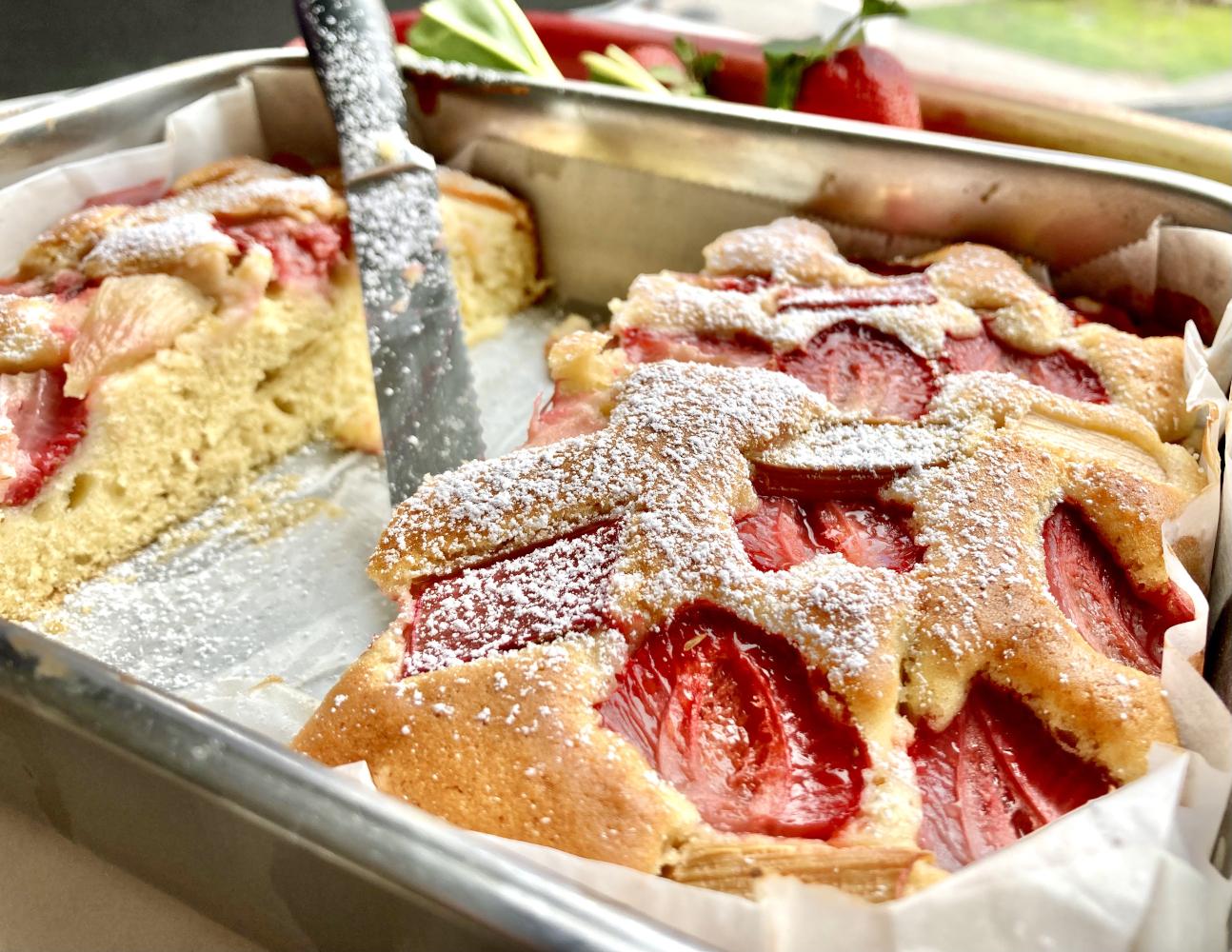 Kuchen mit Erdbeeren und Rhabarber