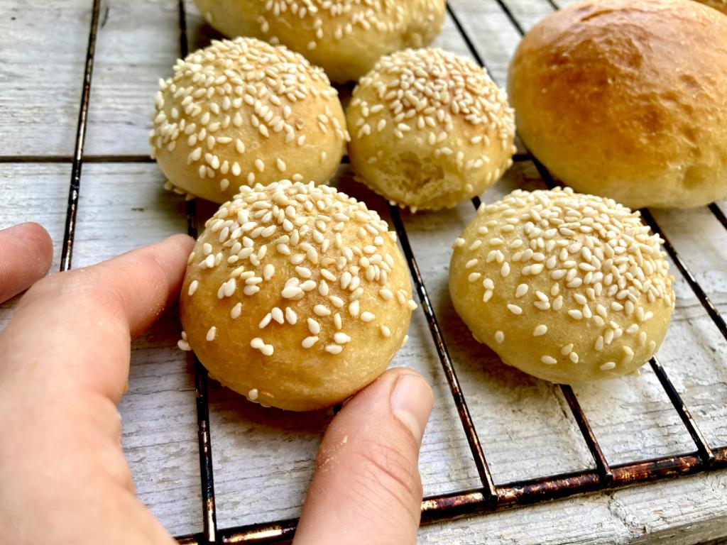 kleine Burgerbrötchen mit Sesam