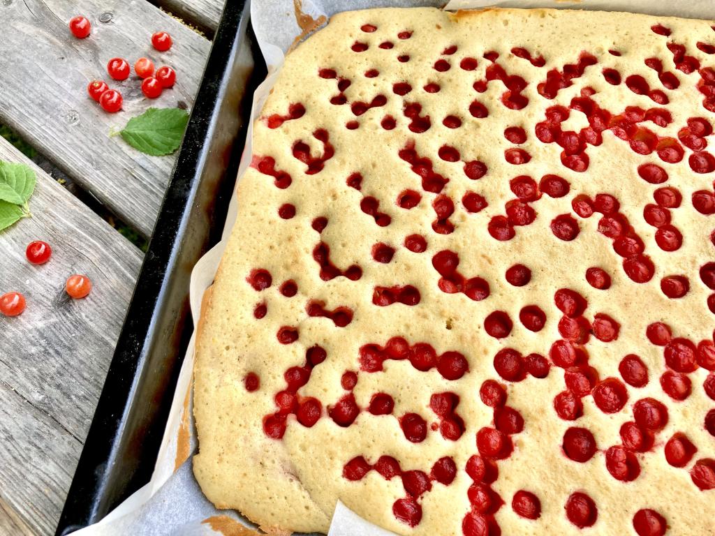 Blechkuchen mit Filzkirschen
