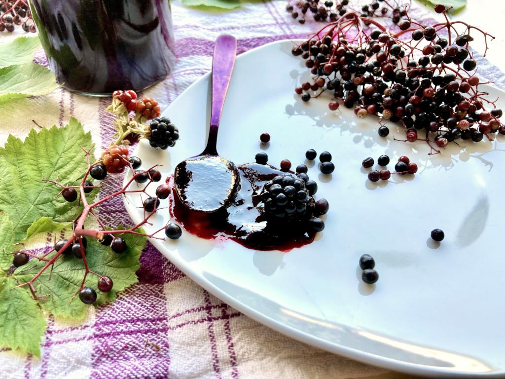 Holunder Marmelade mit Brombeeren auf Löffel