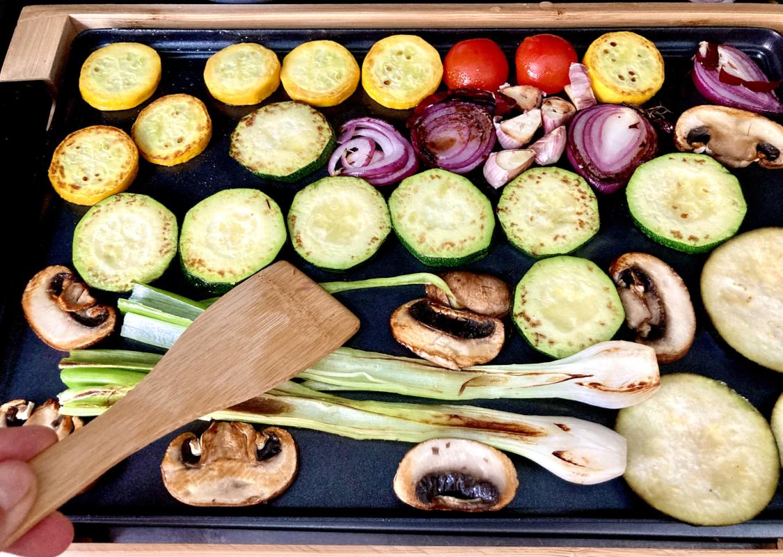 Gemüse auf Tischgrill braten