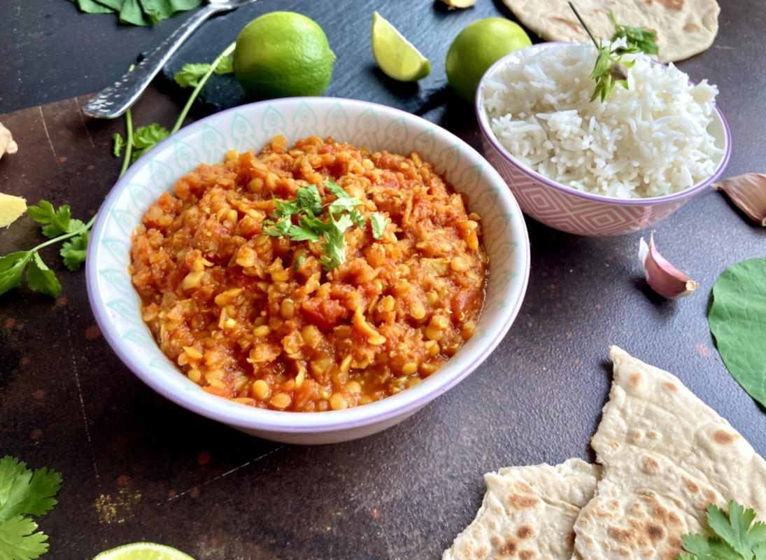 Rotes Linsen-Dal mit Reis und Naanbrot