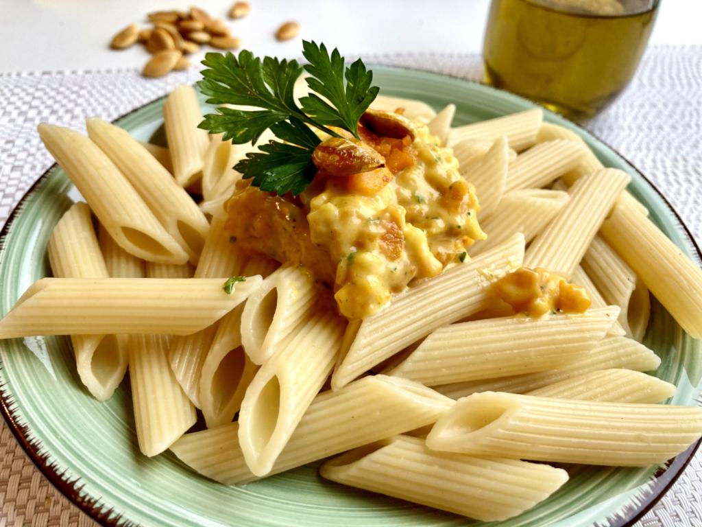 vegetarische Spaghetti Carbonara mit Petersilie und Kürbiskernen garniert
